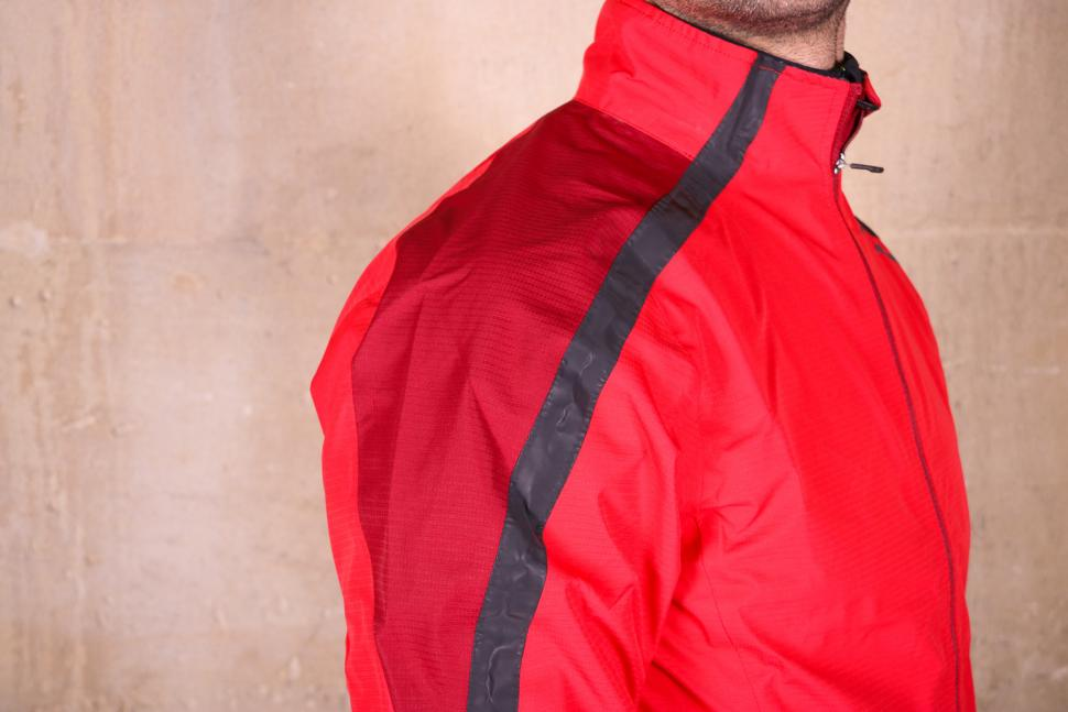 Altura Nightvision Waterproof Jacket Team Red - shoulder.jpg