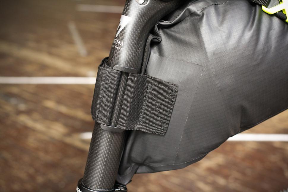 Altura Vortex Seatpack - strap.jpg