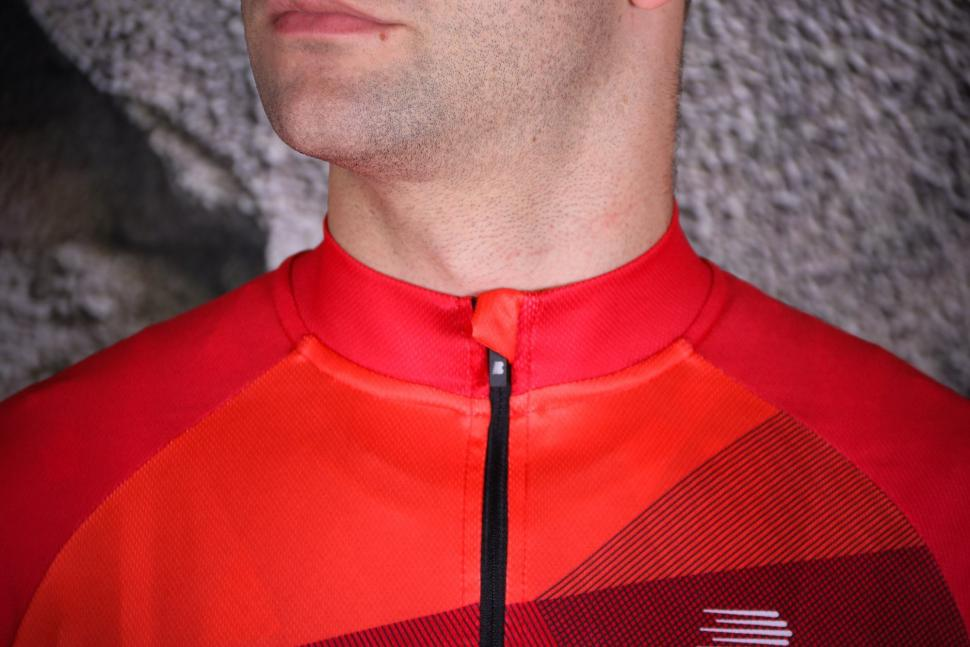Boardman Relaxed Fit Mens cycle Jersey - collar.jpg