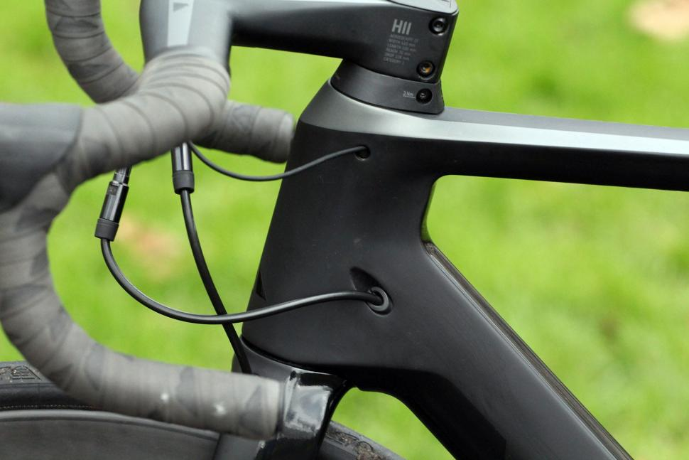 Canyon Aeroad CF SLX Disc 8.0 Di2 - cable route.jpg