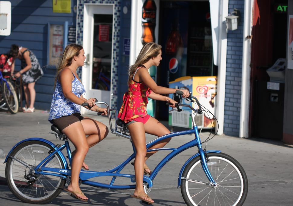 Girls on tandem (CC NC BY ND 2.0 Nathan Rupert|Flickr).jpg