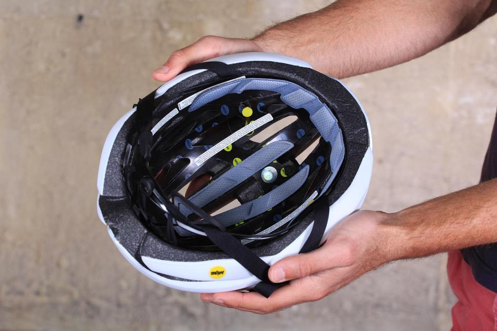 Giro Cinder MIPS - inside.jpg