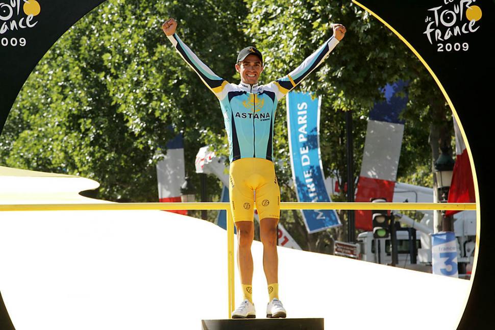 Contador on the podium, Tour de France 2009 (© Photosport International)