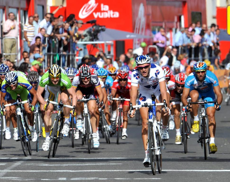 Anthony Roux crosses the line just ahead of the peloton to win Vuelta Stage 17 © Unipublic