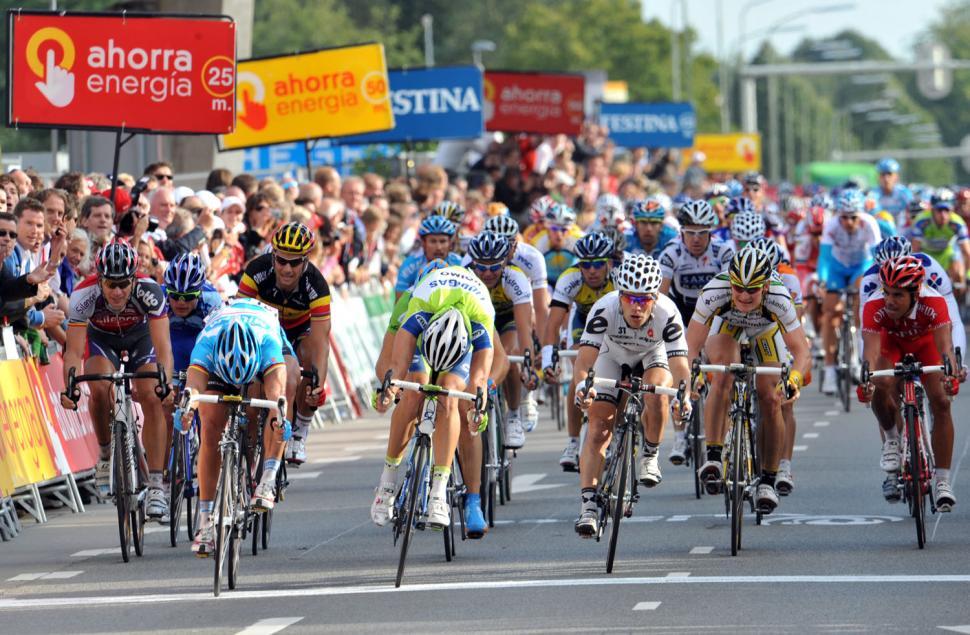 Gerard Ciolek (left) takes Stage 2 of the Vuelta ahead of Fabio Sabatini (centre) and Roger Hammond (right) © Unipublic