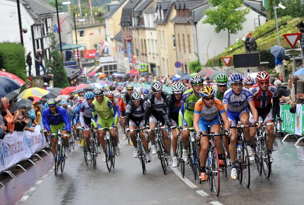 The peloton tackles a climb on the 2009 Vuelta's fourth and final day in the Low Countries © Unipublic