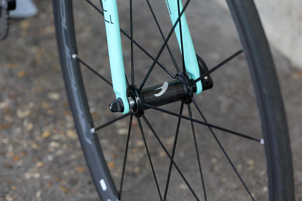 Bianchi Specialissima - front hub