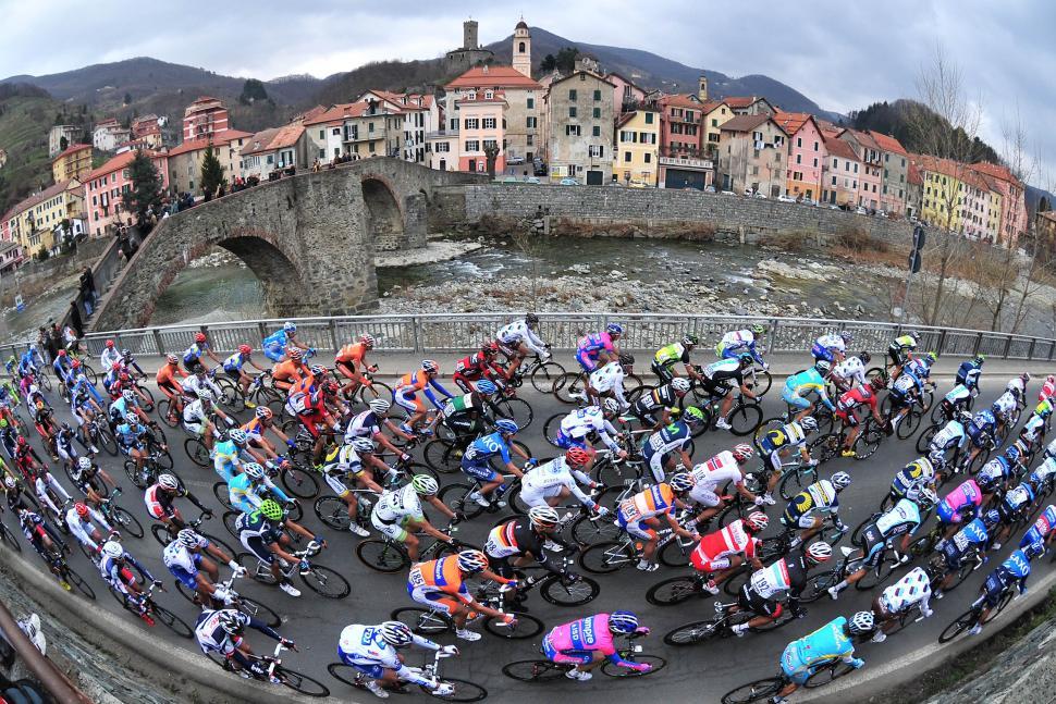 Peloton at Campo Ligure Milan-San Remo 2012 (© Daniele Badolato, LaPresse via RCS Sport)