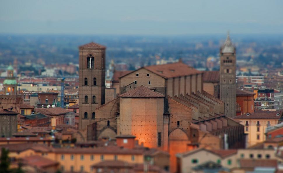 Bologna tiltshift (Arahel, Wikimedia Commoins)