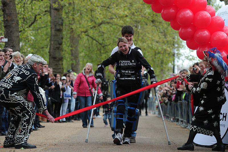 Claire Lomas finishes 2012 Virgin London Marathon (pic Vladimir Pandovski, Wikimedia Commons)