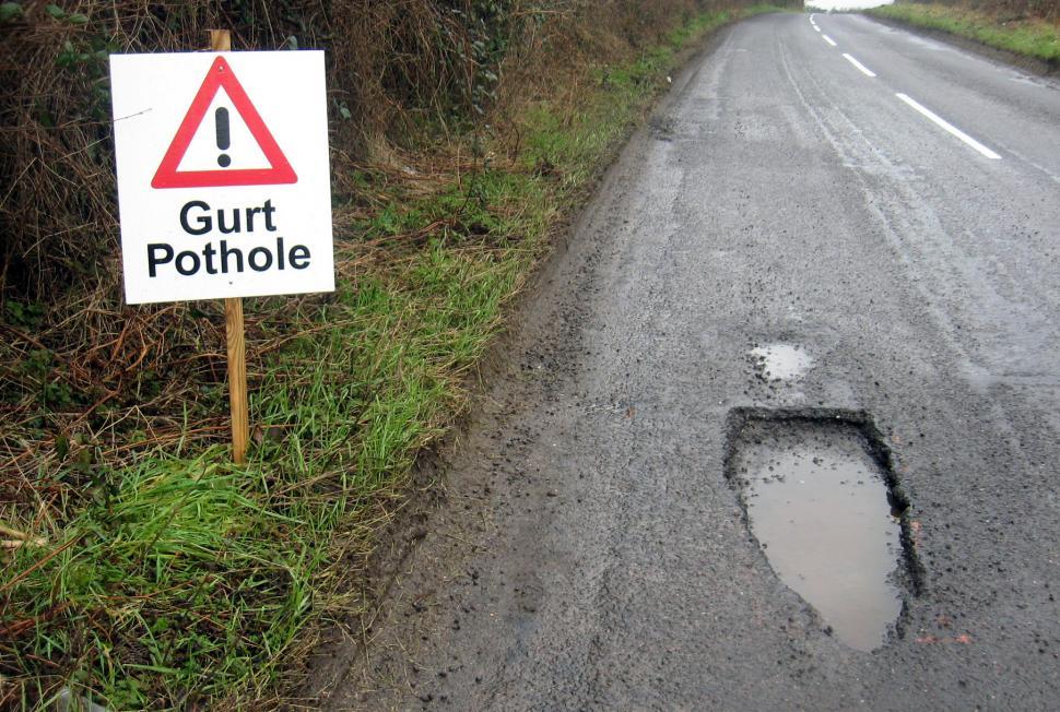 Gurt pothole (CC BY 2.0 licensed image by Brett Jordan:Flickr)