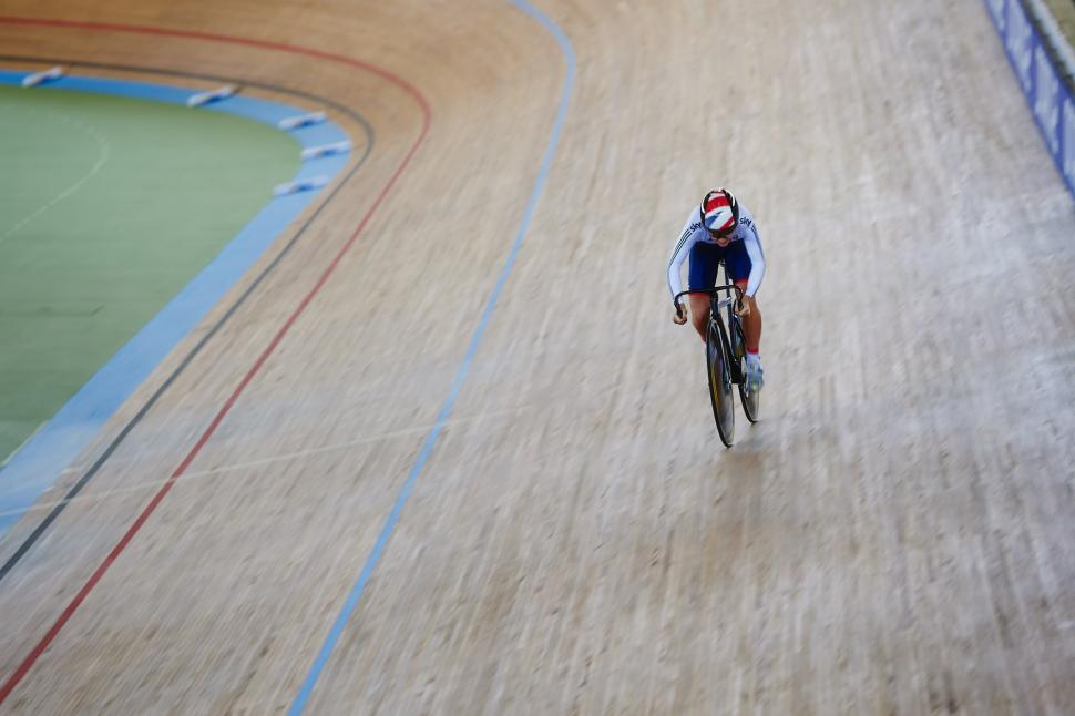 Laura Trott practicing for the new clockwise track regime in Australia (©Britishcycling.org.uk)