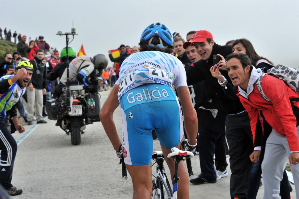 Fans encourage Ezequiel Mosquera on his way up the Bola del Mundo (copyright- Unipublic:Graham Watson)