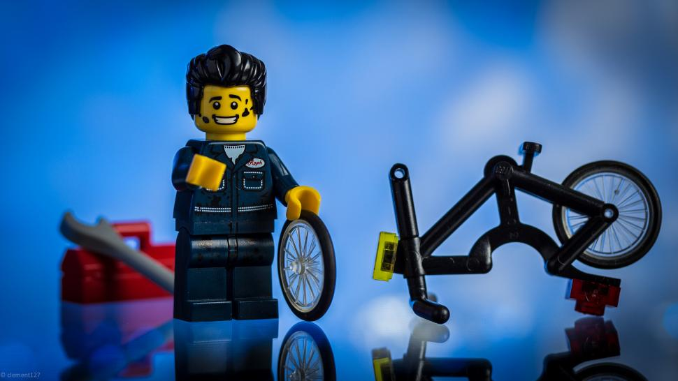 Lego bike mechanic (CC BY-NC-ND 2.0 clement127:Flickr) .jpg