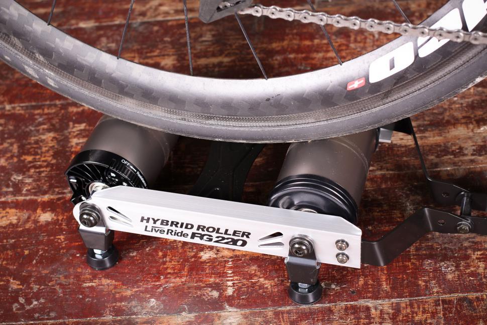 Minoura FG220 Hybrid Roller - rear rollers bike mounted.jpg