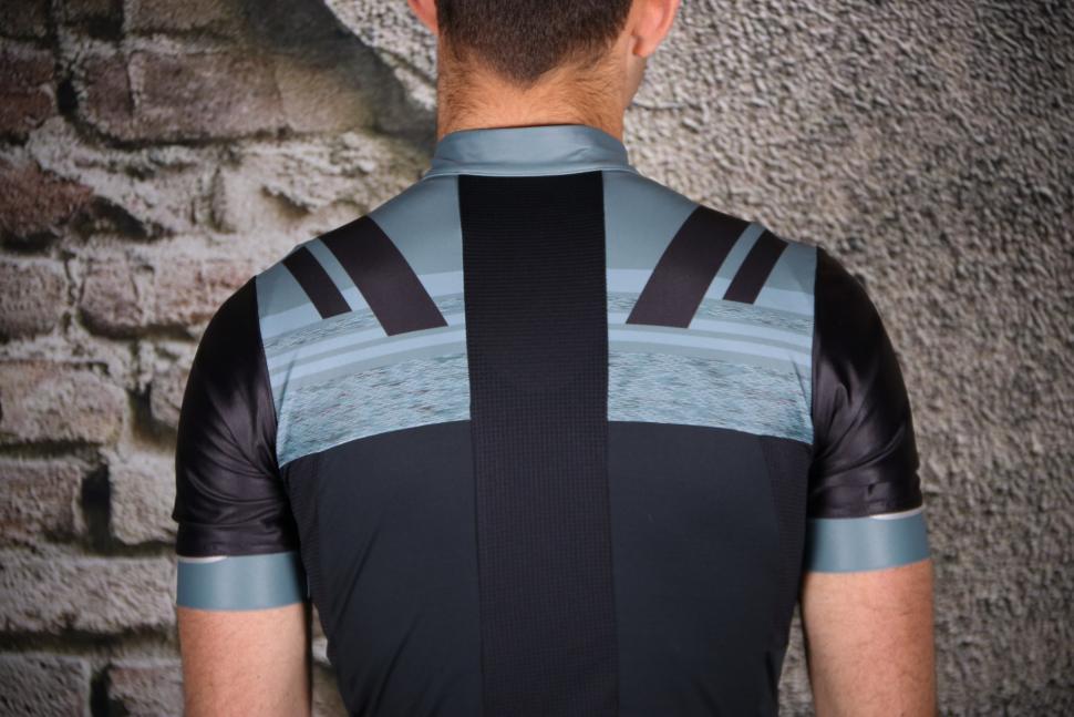 Pearl Izumi Pro Escape short sleeve Jersey - shoulders.jpg