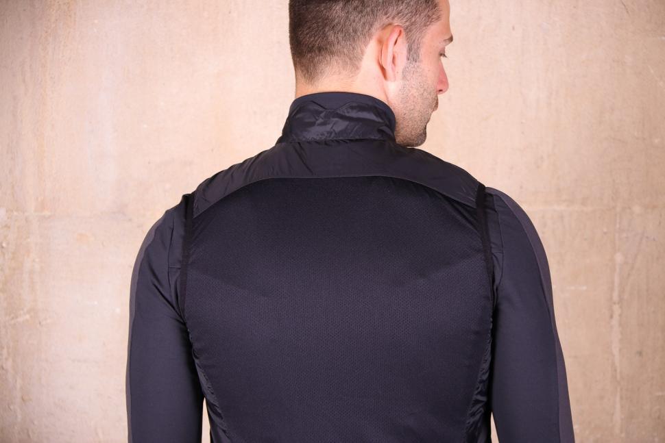 Shimano Mens Compact Wind vest - shoulders.jpg