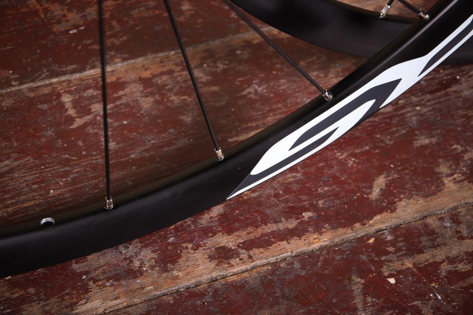 Shimano WH-RS170 Clincher wheelset - spokes.jpg
