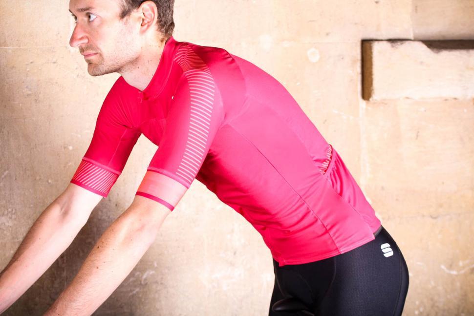sportful_bodyfit_pro_classic_jersey_-_riding.jpg