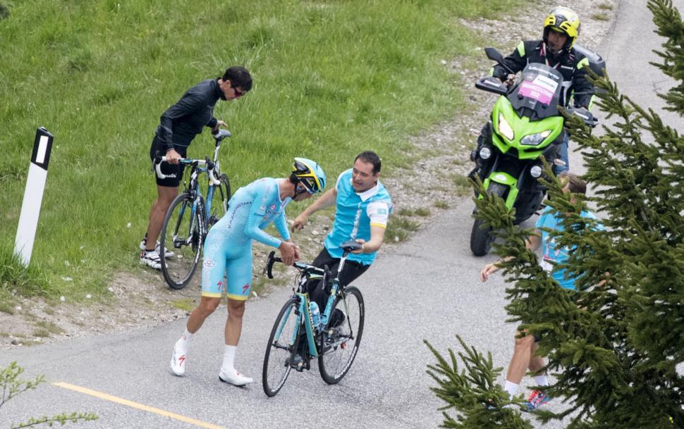 Vincenzo Nibali mechanical at 2016 Giro d'Italia Stage 15 ITT (PHOTO CREDIT ANSA - PERI - DI MEO - ZENNARO).jpg