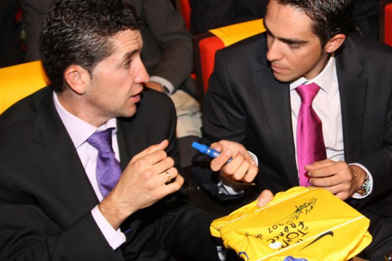 Sastre and Contador sign Yellow Jersey © Photosport International