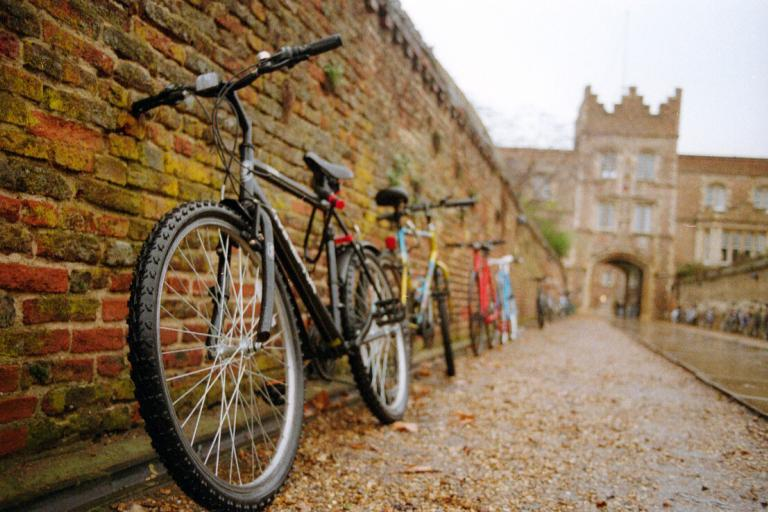 Cambridge bikes against a wall (CC BY-NC-SA 2.0 viictoria4:Flickr)