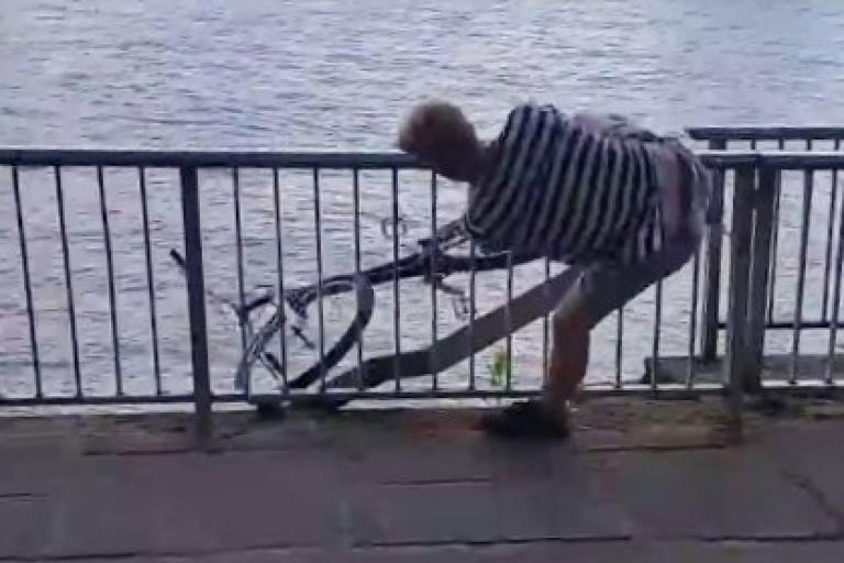 Felix Kaiser loses his bike in the Rhine (Daniel Gorez YouTube still) (2)