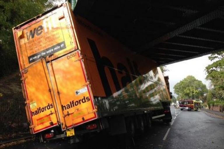 Halfords Lorry - We Don't Fit (source Twitter)
