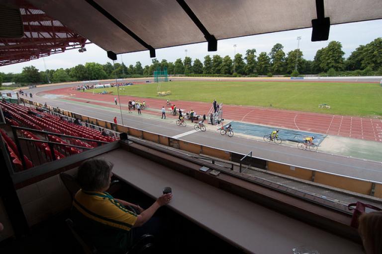 Palmer Park Velodrome, Reading (licensed under CC BY-SA 2.0 by Jun on Flickr)