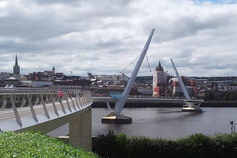 Peace Bridge Derry-Londonderry (picture Northerncounties, Wikimedia Commons)