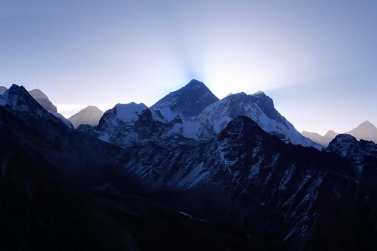 Sunrise over Everest (CC BY-NC-ND 2.0 phobus:Flickr)