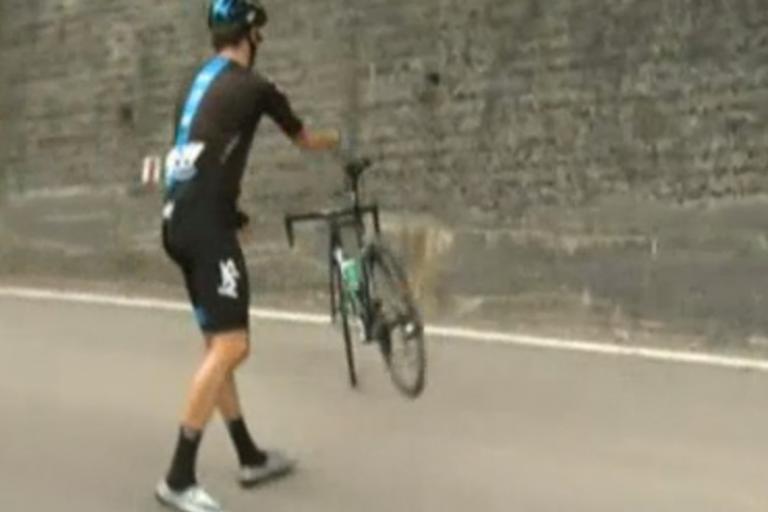 Wiggins parking his bike (Eurosport screenshot)