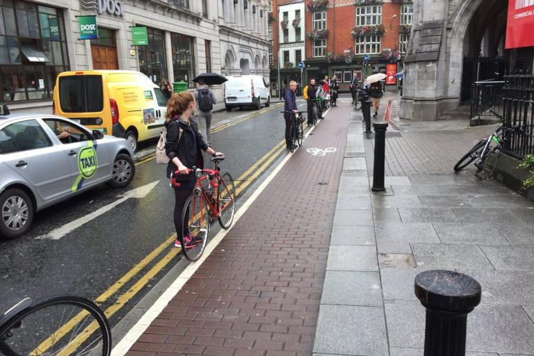 Protesters line up to prevent cars from parking on cycle path (Cyclistie via Twitter).jpg