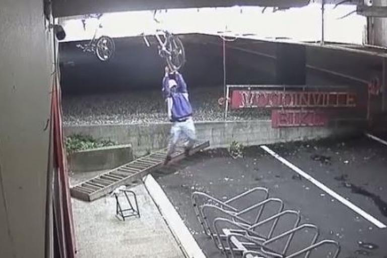 Slapstick would-be bike thief (source Woodinville Bicycle on YouTube).JPG