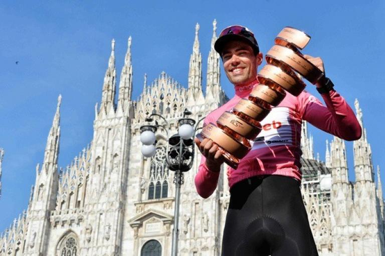 Tom Dumoulin with the Giro d'Italia trophy (LaPresse - D'Alberto - Ferrari - Paolone - Spada).jpg