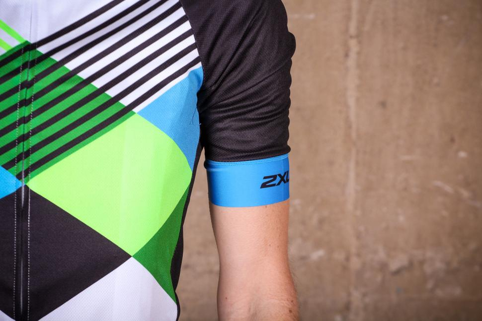 2xu_sub_cycle_jersey_-_sleeve.jpg