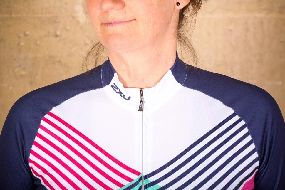 2xu_womens_sub_cycle_jersey_-_collar.jpg