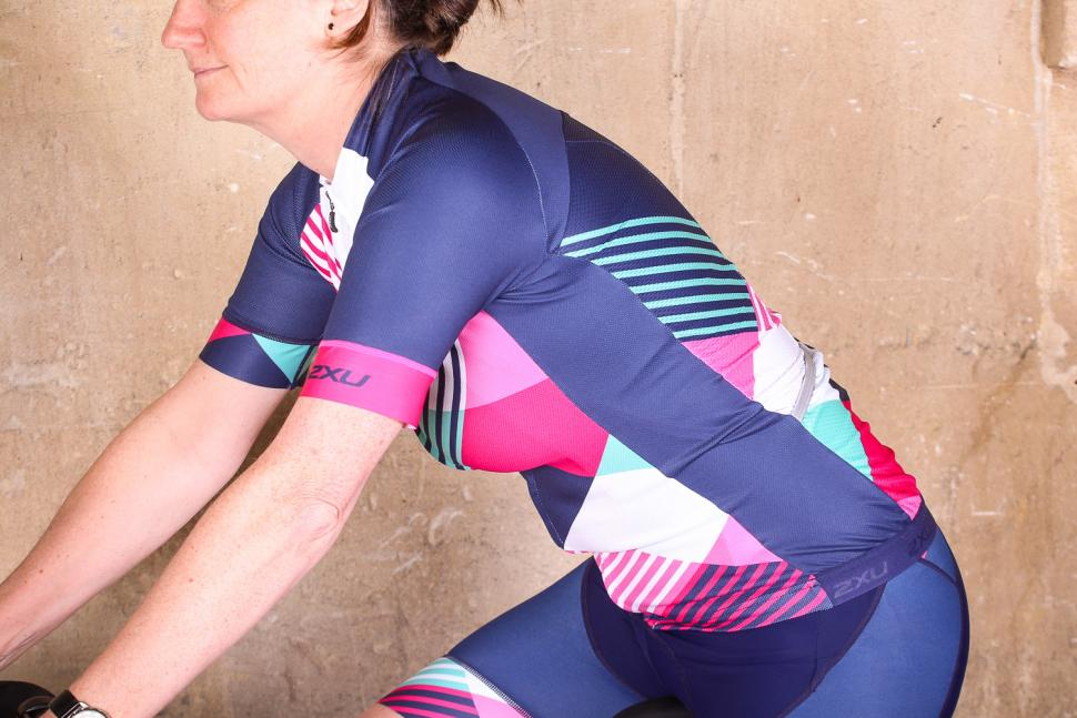 2xu_womens_sub_cycle_jersey_-_riding.jpg