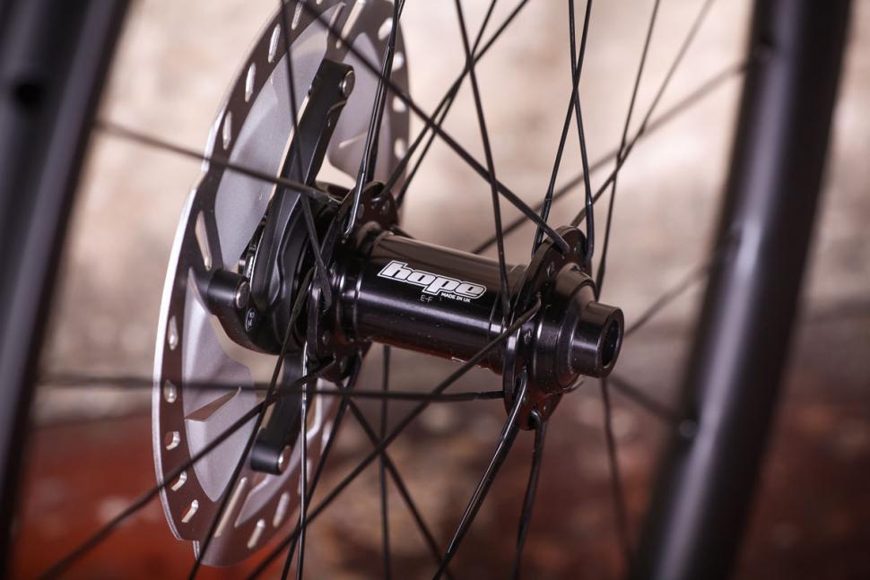 aera_gr_36_tubeless_wheelset_-_front_hub.jpg
