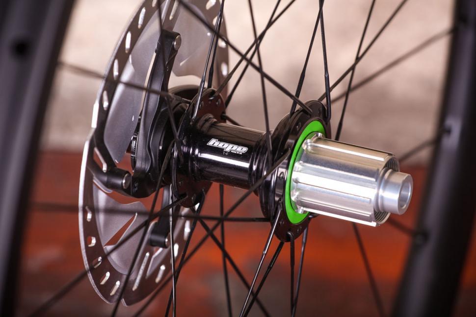 aera_gr_36_tubeless_wheelset_-_rear_hub.jpg