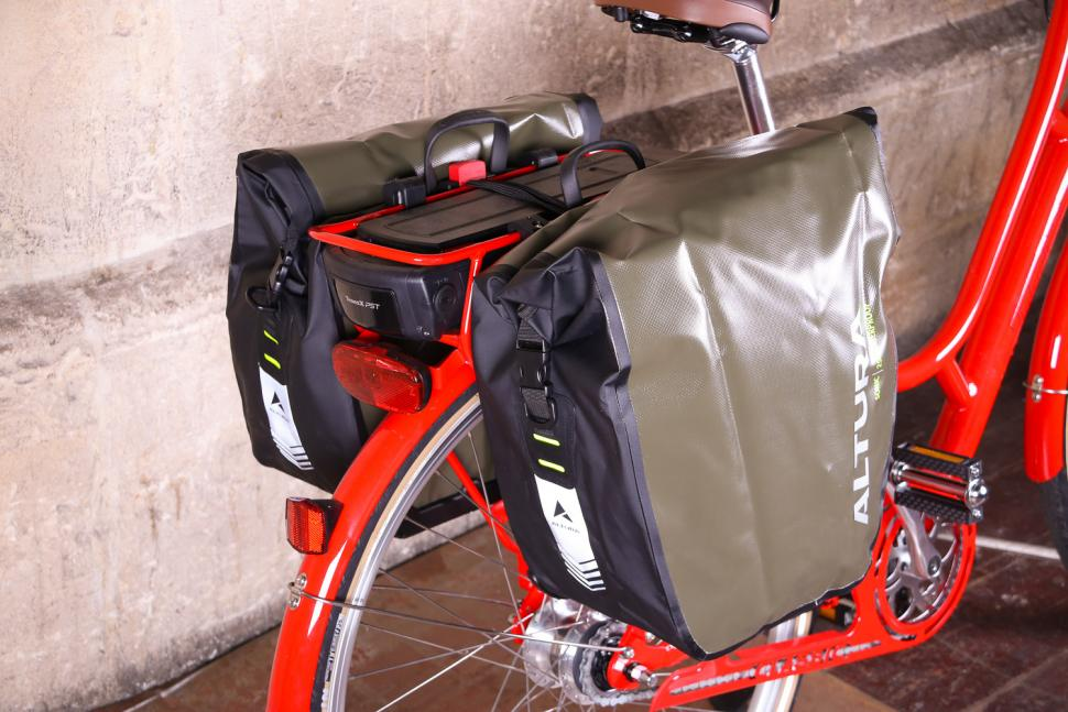 Altura SONIC 25 Waterproof Pannier - side.jpg
