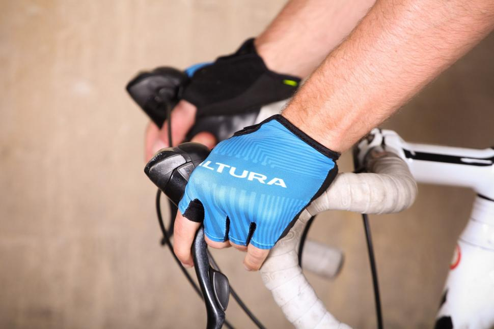 Altura Sportive 97 Mitts - on bike.jpg