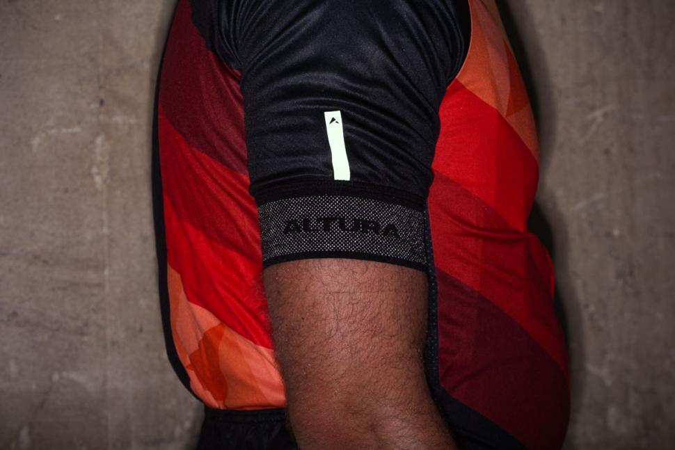 altura_peloton_short_sleeve_jersey_mosaic_-_cuff_reflective.jpg