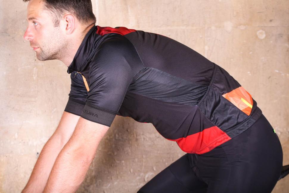 altura_peloton_short_sleeve_jersey_mosaic_-_riding.jpg