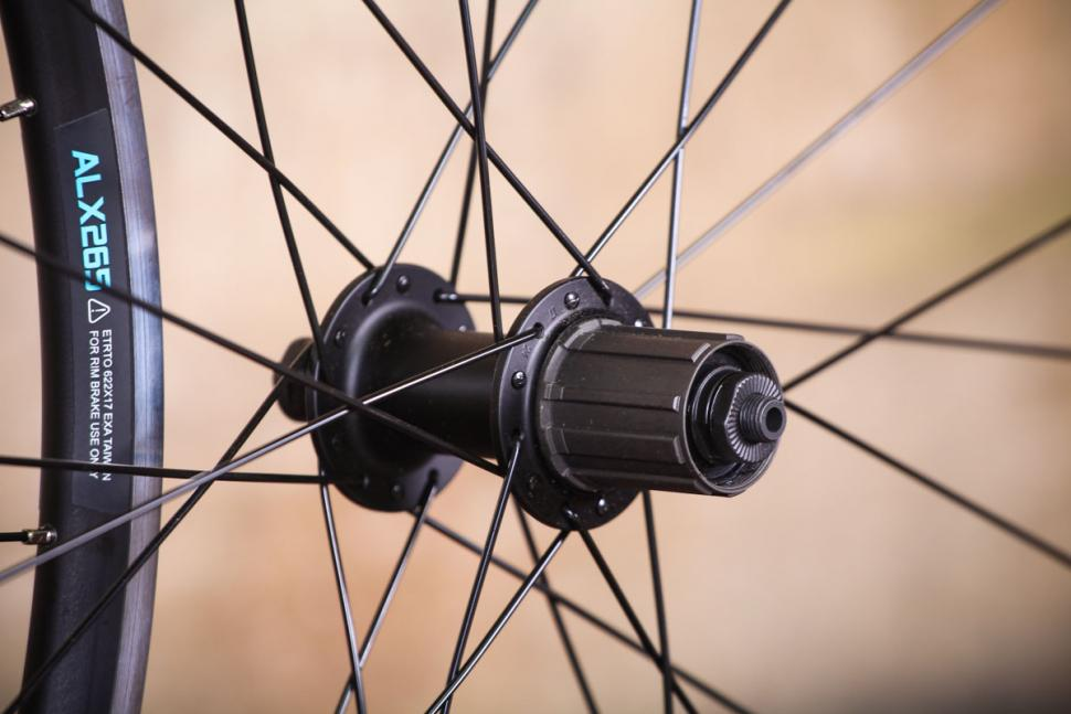 _alx265_700c_qr_road_wheels_tl-ready_-_rear_hub.jpg