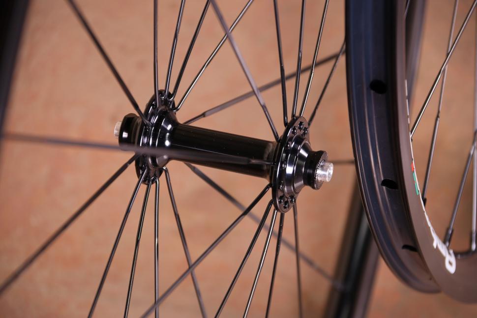 Ambrosio i20 wheelset - front hub.jpg