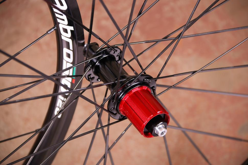 Ambrosio i20 wheelset - rear hub.jpg