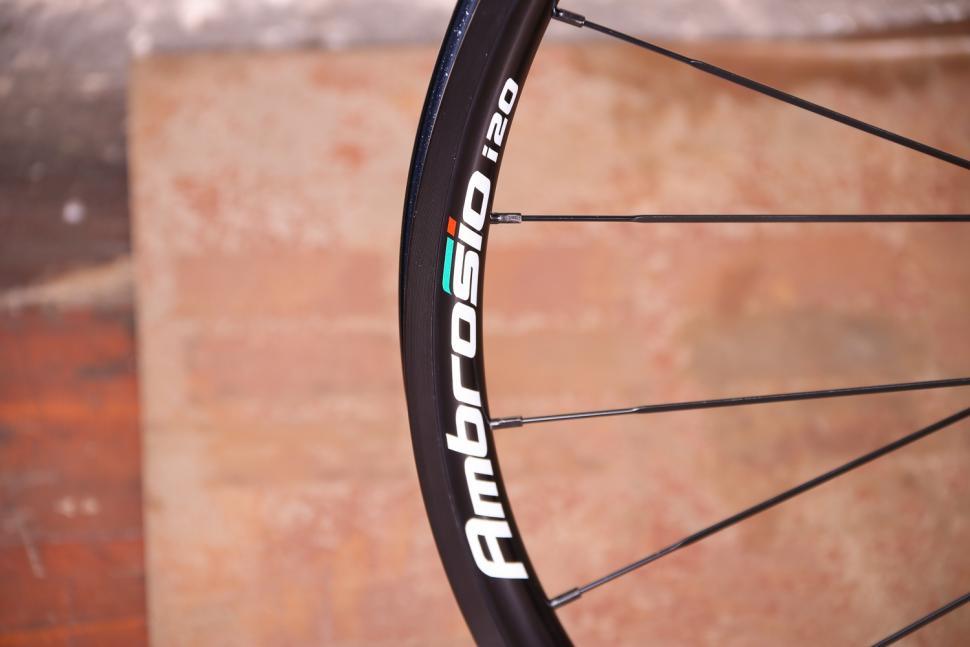 Ambrosio i20 wheelset - rim decal.jpg