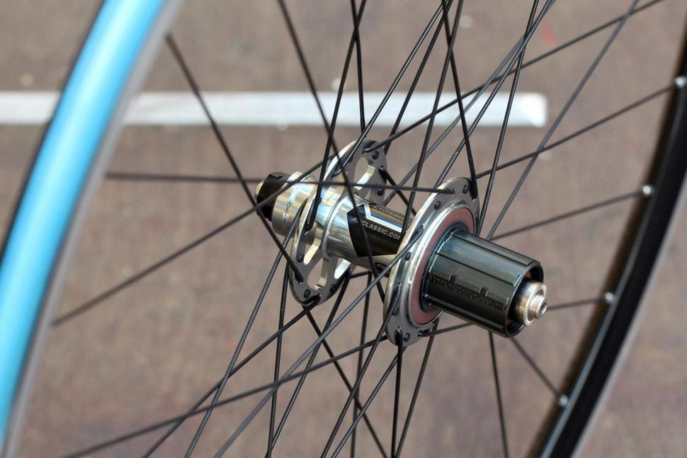 American Classic Sprint 350 Tubeless wheelset - rear hub 2.jpg