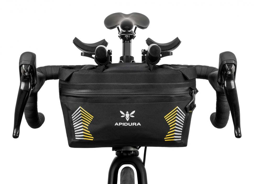 apidura-racing-handlebar-pack-5l-on-bike-1